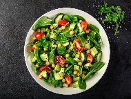 Салата с нахут, киноа, чери домати, краставици, авокадо, пресен зелен лук и бейби спанак